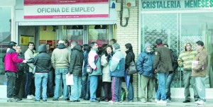 People line up to enter a government job centre in Madrid March 3, 2009. Spanish joblessness reached a 13-year high of 3.48 million in February and some analysts expected the total to hit 4 million by summer as recession-hit firms axed workers at a brutal rate. REUTERS/Susana Vera(SPAIN) SPAIN-JOBLESS/